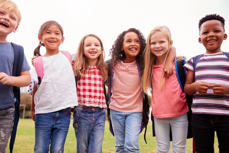 Ritratto degli allievi emozionanti della scuola elementare sul campo da gioco a tempo della rottura fotografia stock libera da diritti