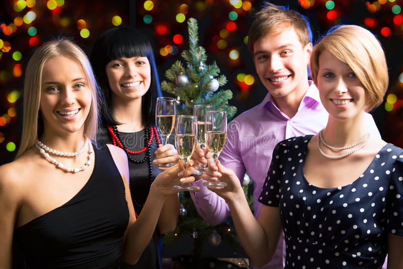 Ritratto degli amici che celebrano nuovo anno fotografie stock libere da diritti