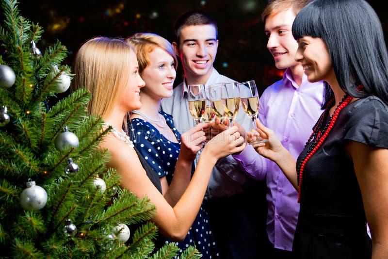 Ritratto degli amici che celebrano nuovo anno immagini stock libere da diritti