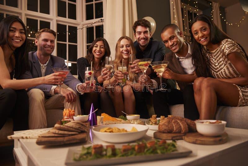 Ritratto degli amici con le bevande e degli spuntini al partito fotografia stock libera da diritti