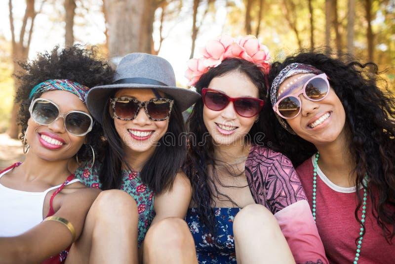 Ritratto degli amici femminili sorridenti al campeggio fotografie stock libere da diritti