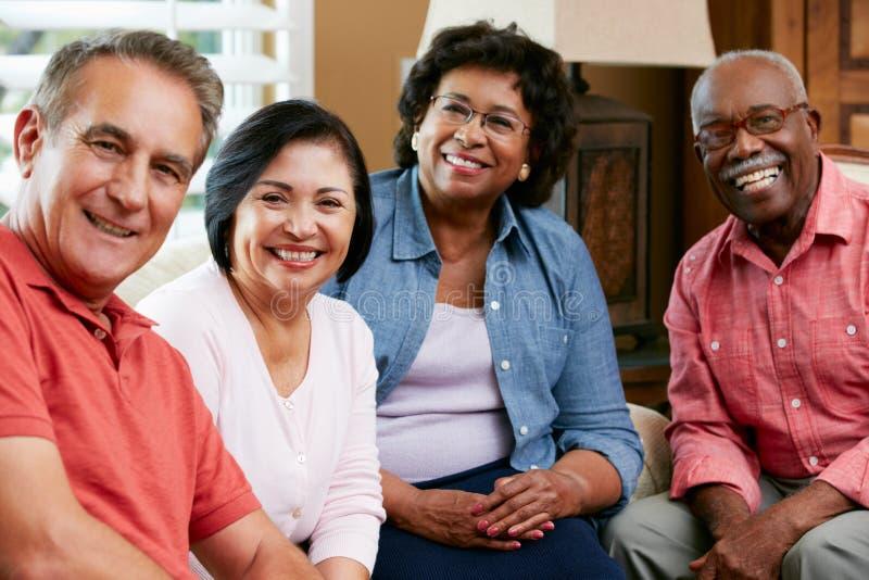 Ritratto degli amici senior a casa insieme immagini stock libere da diritti