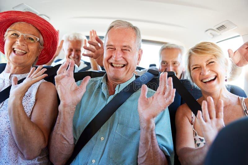 Ritratto degli amici senior che si siedono dietro a Van Being Driven To Vacation fotografie stock libere da diritti