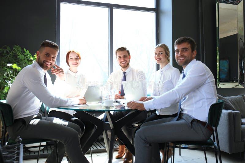 Ritratto degli impiegati positivi di affari ad una riunione d'affari dell'ufficio fotografia stock