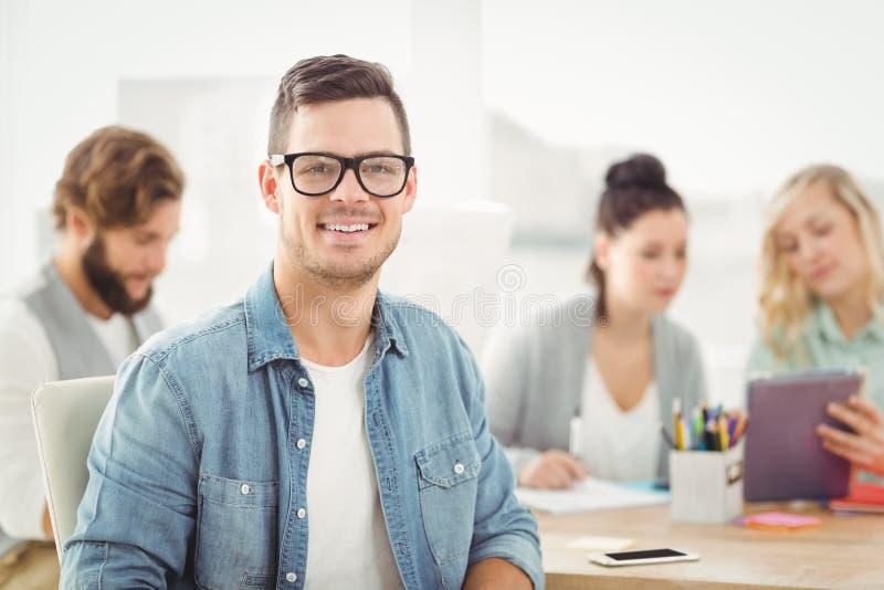 Ritratto degli occhiali d'uso sorridenti dell'uomo fotografia stock libera da diritti