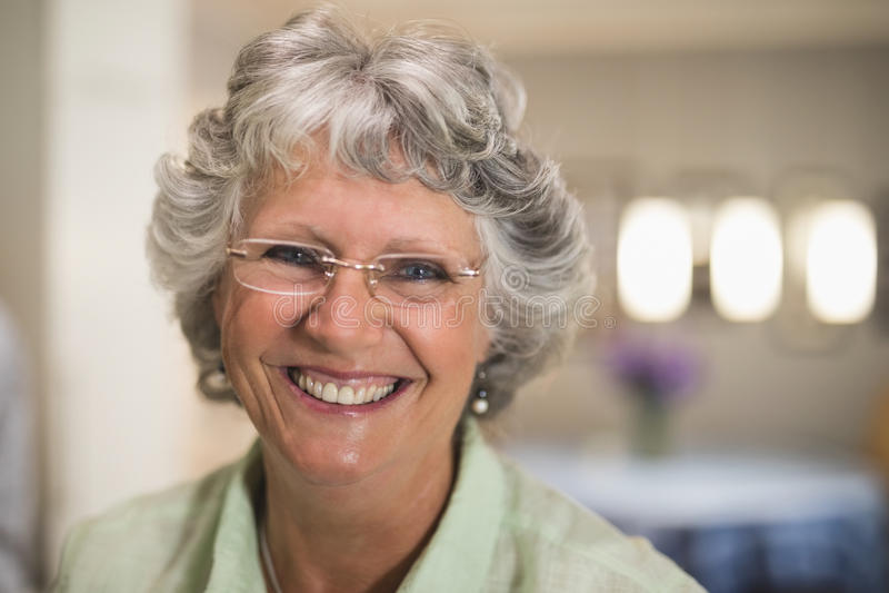 Ritratto degli occhiali d'uso sorridenti della donna senior fotografia stock