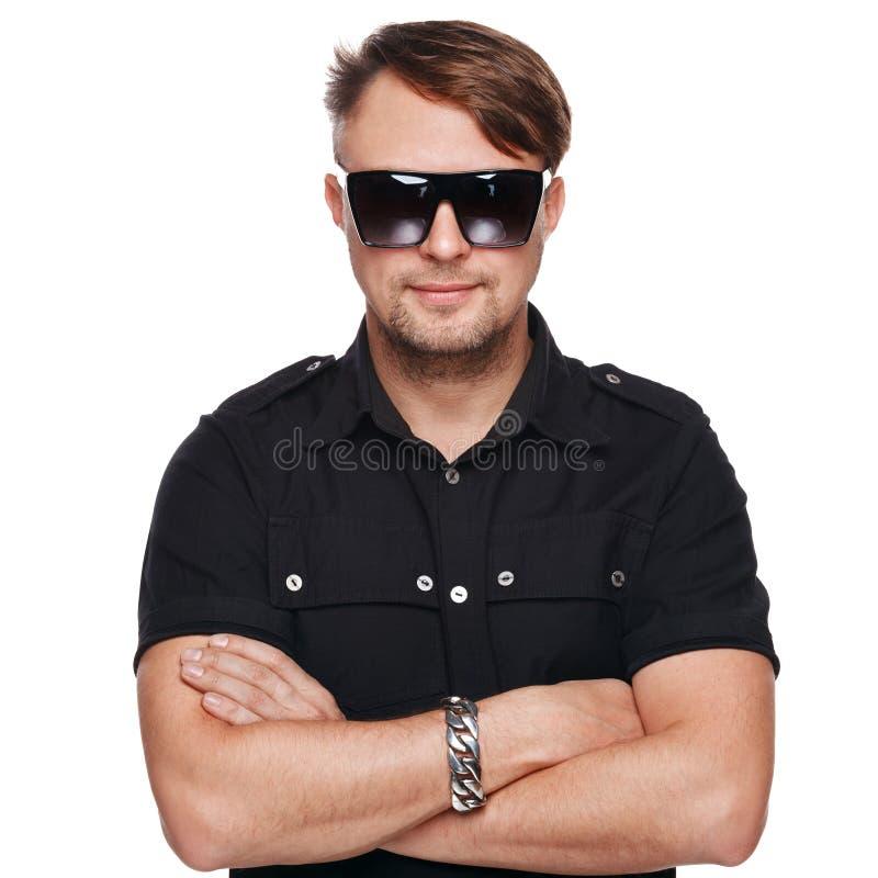 Ritratto degli occhiali da sole d'uso del giovane uomo bello di modo Isolato su bianco fotografia stock libera da diritti