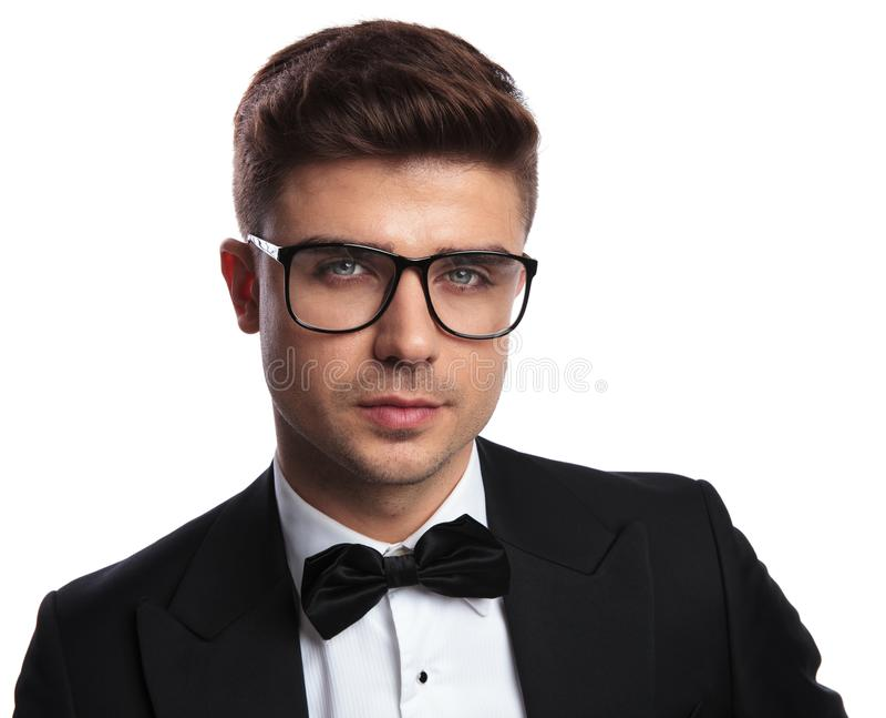 Ritratto degli occhiali da sole d'uso dell'uomo astuto bello e dello smoking nero immagine stock libera da diritti