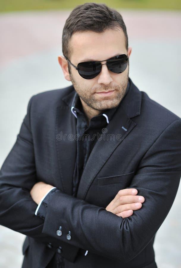 Ritratto degli occhiali da sole d'uso dell'uomo bello - all'aperto fotografia stock libera da diritti
