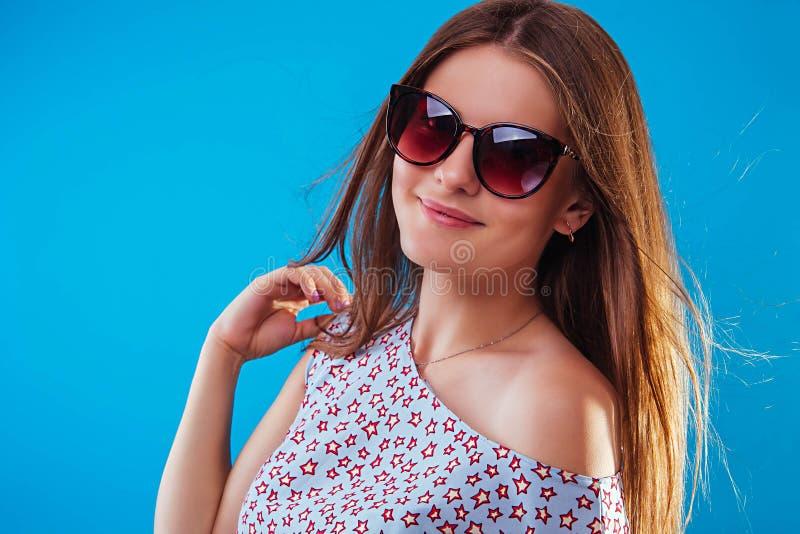 Ritratto degli occhiali da sole d'uso di una donna graziosa fotografie stock