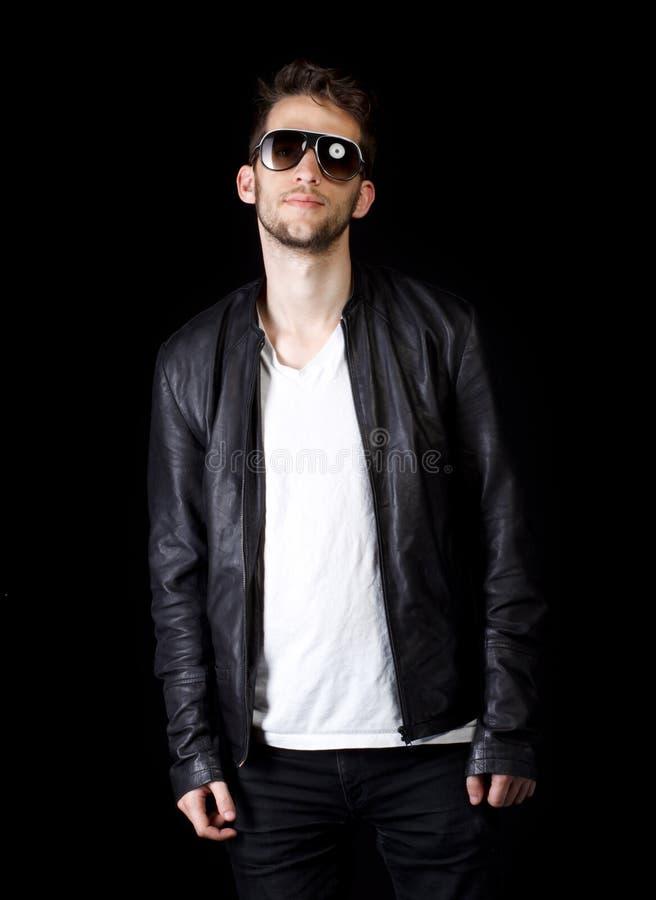 Ritratto degli occhiali da sole da portare del giovane uomo bello fotografie stock libere da diritti