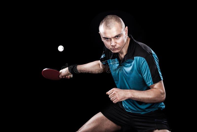 Ritratto degli sport uomo, maschio, atleta che gioca ping-pong isolato su fondo nero immagine stock libera da diritti