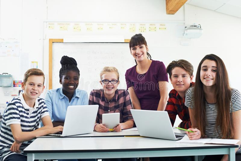 Ritratto degli studenti adolescenti con la classe di In l'IT dell'insegnante immagine stock libera da diritti