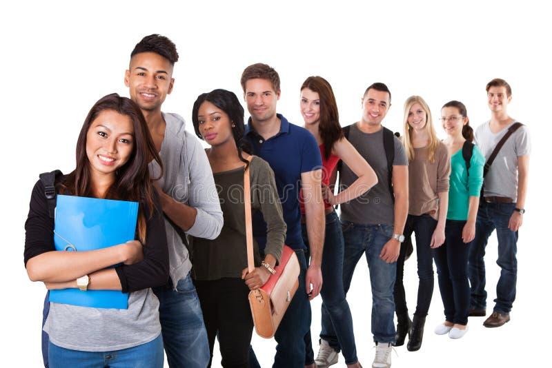 Ritratto degli studenti di college che stanno in una linea immagine stock libera da diritti