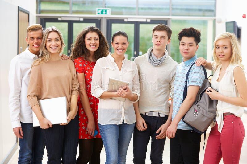 Ritratto degli studenti femminili di In Class With dell'istitutore fotografie stock libere da diritti