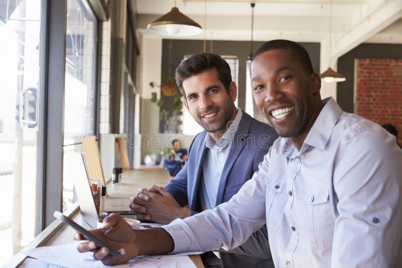Ritratto degli uomini d'affari che si incontrano nella caffetteria fotografie stock libere da diritti