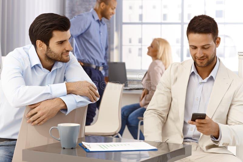 Ritratto degli uomini d'affari in ufficio fotografia stock libera da diritti