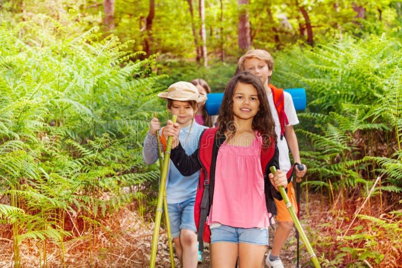 Ritratto dei bambini che fanno un'escursione come gruppo della classe in foresta immagine stock libera da diritti
