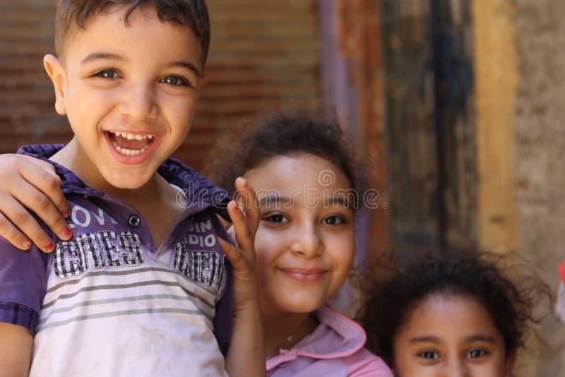 Ritratto dei bambini felici che giocano e che ridono, fondo della via a Giza, egitto immagini stock libere da diritti