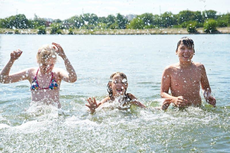 Ritratto dei bambini felici in lago immagine stock libera da diritti