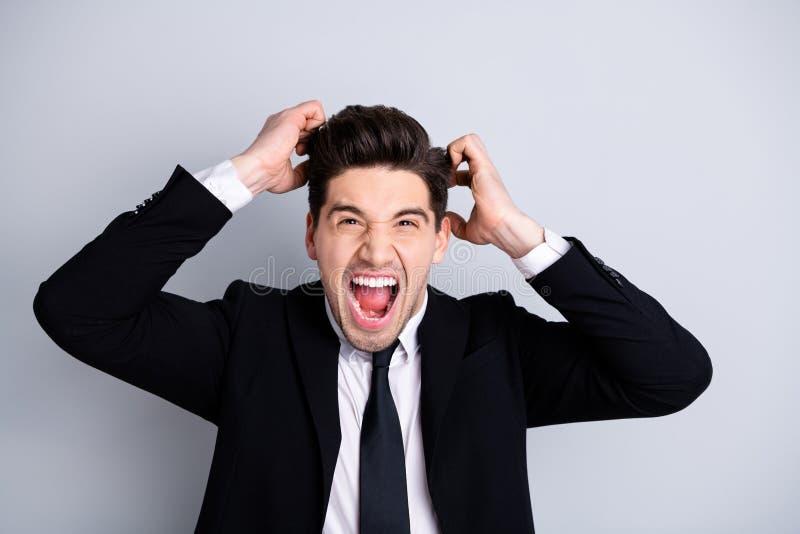 Ritratto dei capelli esauriti difficili frustrati di tocco di urlo di grido di grido di collera di domande millenarie alla moda d fotografia stock