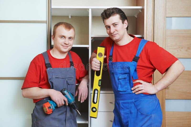 Ritratto dei carpentieri dell'installazione del guardaroba immagini stock