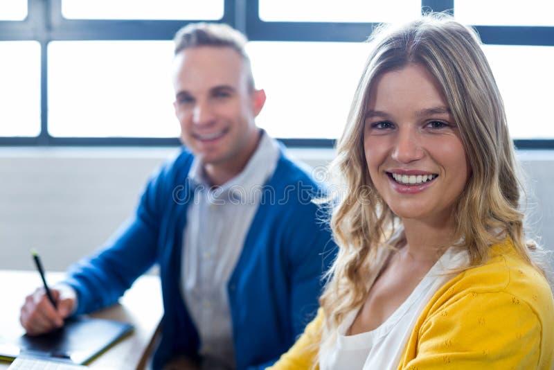 Ritratto dei colleghi felici in ufficio immagini stock libere da diritti