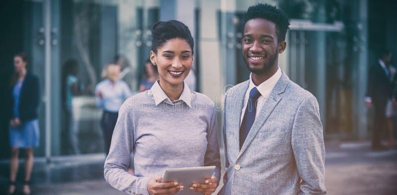 Ritratto dei colleghi sorridenti di affari fuori dell'ufficio fotografie stock libere da diritti