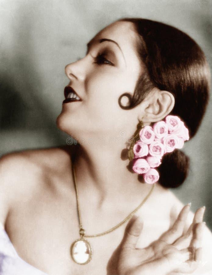 Ritratto dei fiori d'uso di una giovane donna in suoi capelli (tutte le persone rappresentate non sono vivente più lungo e nessun fotografia stock libera da diritti