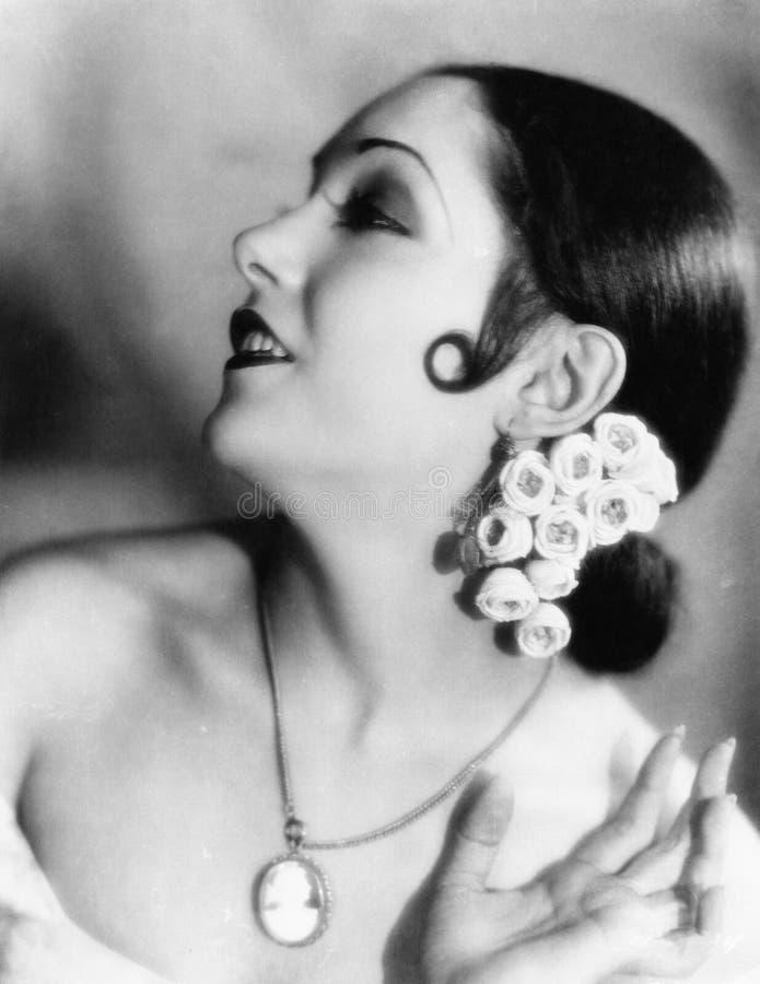 Ritratto dei fiori d'uso di una giovane donna in suoi capelli (tutte le persone rappresentate non sono vivente più lungo e nessun immagine stock