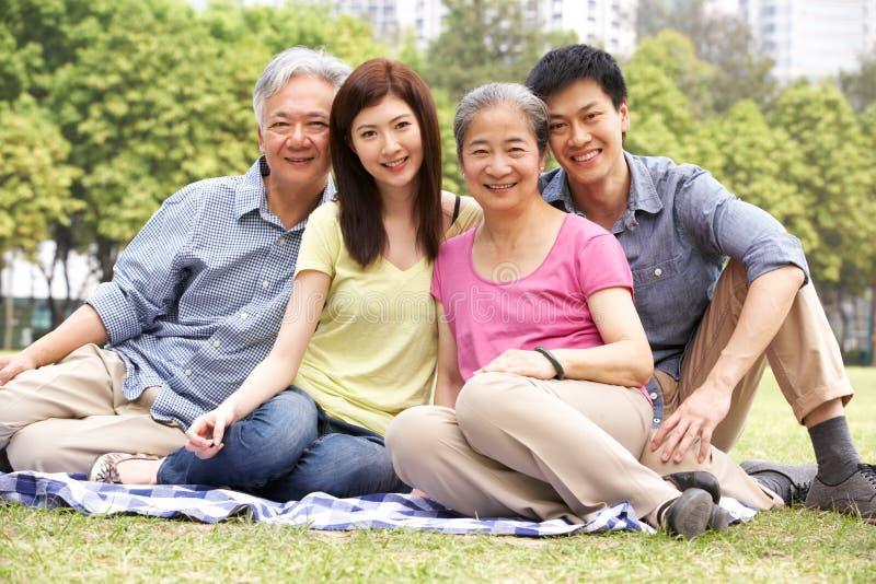 Ritratto dei genitori cinesi con i bambini adulti fotografie stock libere da diritti