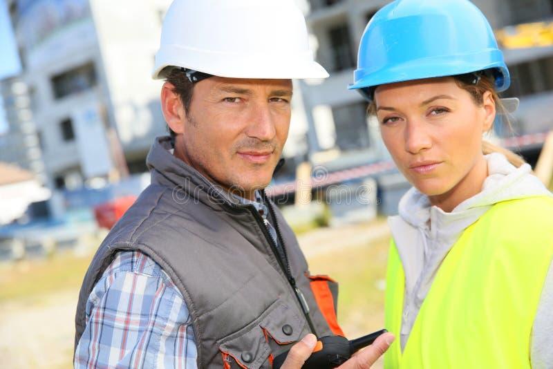 Ritratto dei muratori sul sito fotografie stock