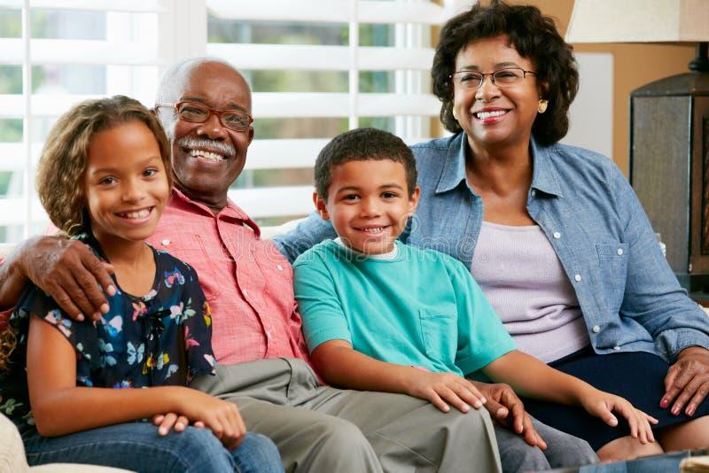 Ritratto dei nonni con i nipoti immagini stock libere da diritti