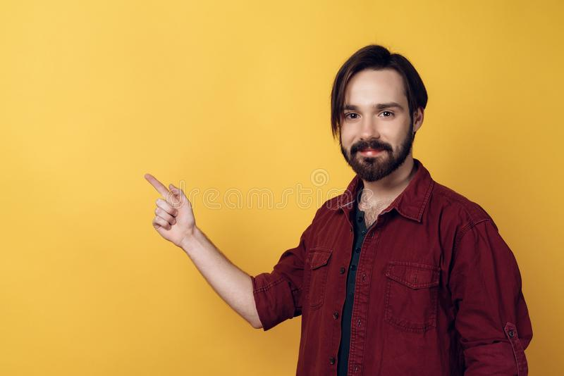 Ritratto dei punti barbuti sorridenti dell'uomo con il dito fotografia stock libera da diritti