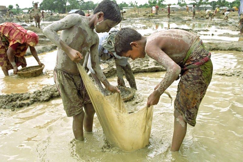 Ritratto dei ragazzi del Bangladesh che lavorano nella cava di ghiaia immagini stock