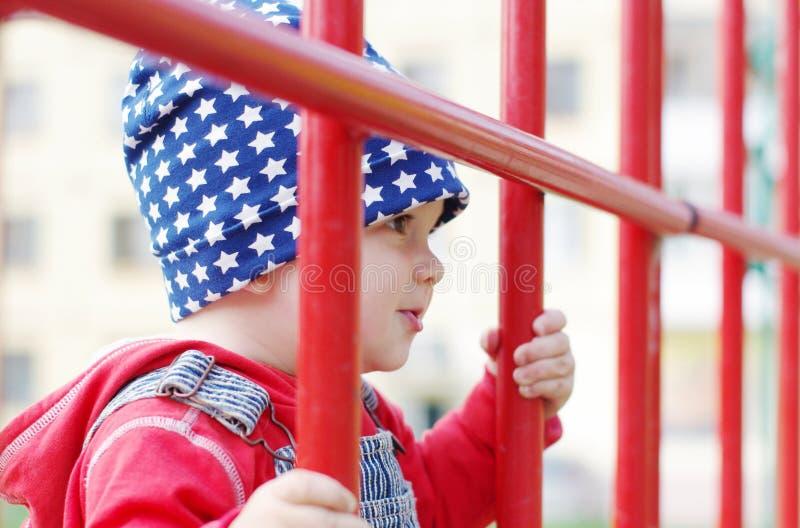 Ritratto del bambino adorabile sul campo da giuoco fotografie stock