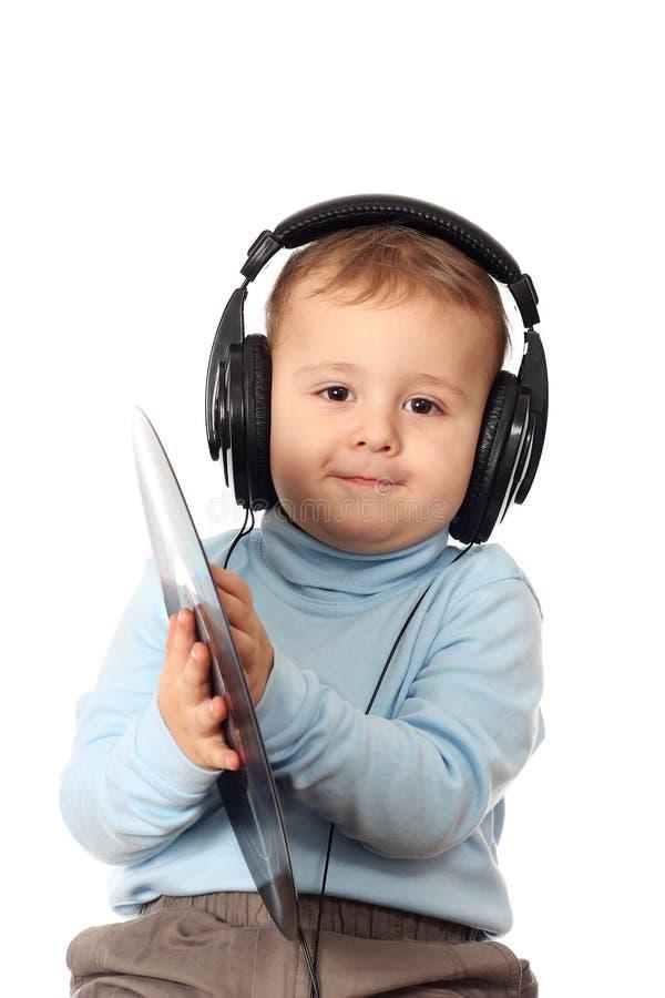Ritratto del bambino bello in cuffie