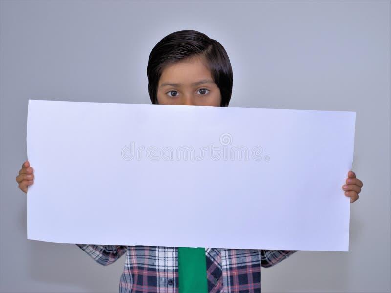 Ritratto del bambino che tiene cartello vuoto immagine stock libera da diritti