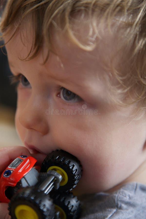 Ritratto del bambino con il camion rosso del giocattolo fotografie stock libere da diritti