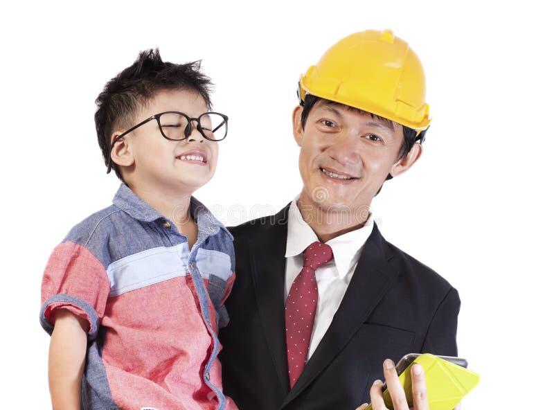 Ritratto del bambino di trasporto sorridente del padre su fondo bianco Asi fotografie stock libere da diritti