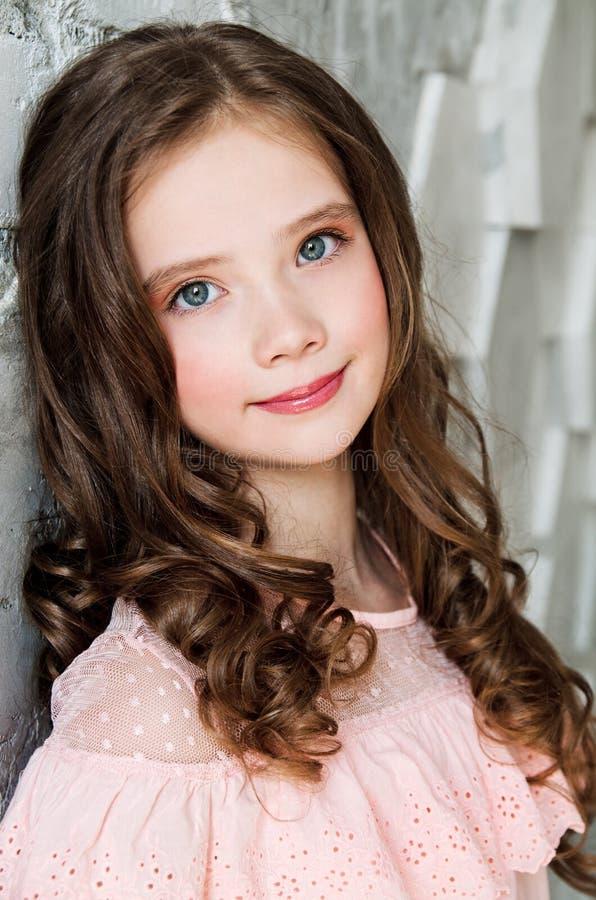 Ritratto del bambino diritto sorridente adorabile della bambina fotografia stock