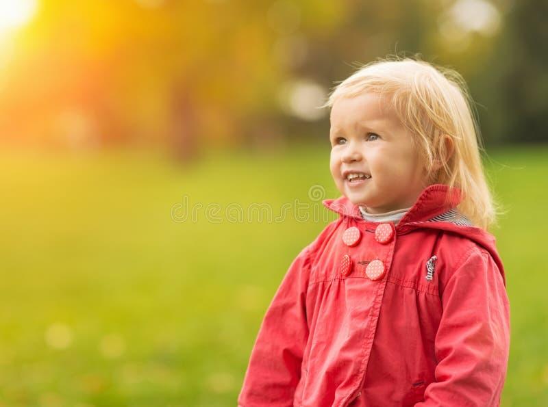Ritratto del bambino felice che osserva sullo spazio della copia fotografia stock libera da diritti