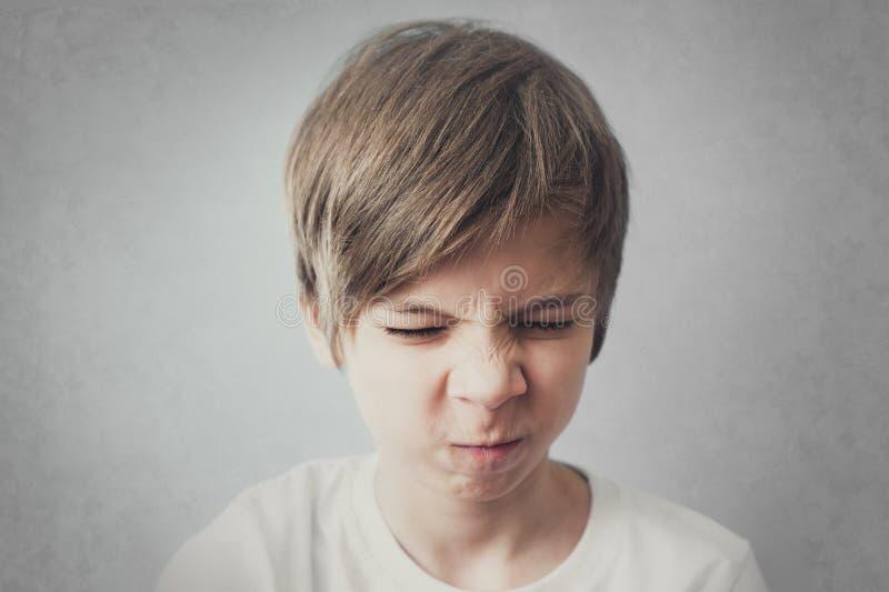 Ritratto del bambino insoddisfatto con gli occhi chiusi immagini stock