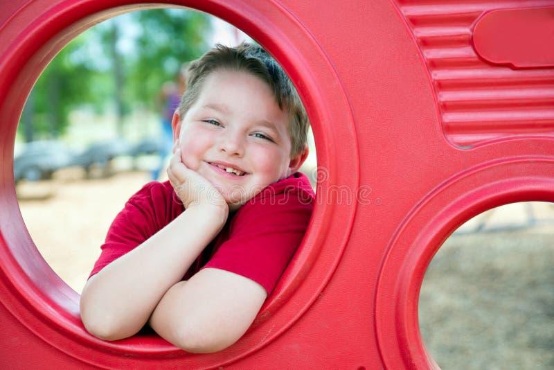 Ritratto del bambino piccolo sul campo da giuoco fotografia stock libera da diritti