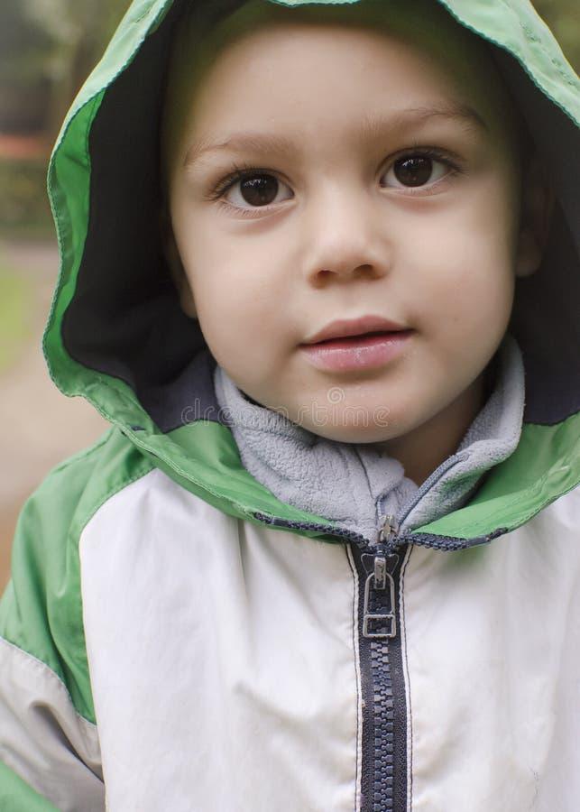 Ritratto del bambino in pioggia fotografia stock