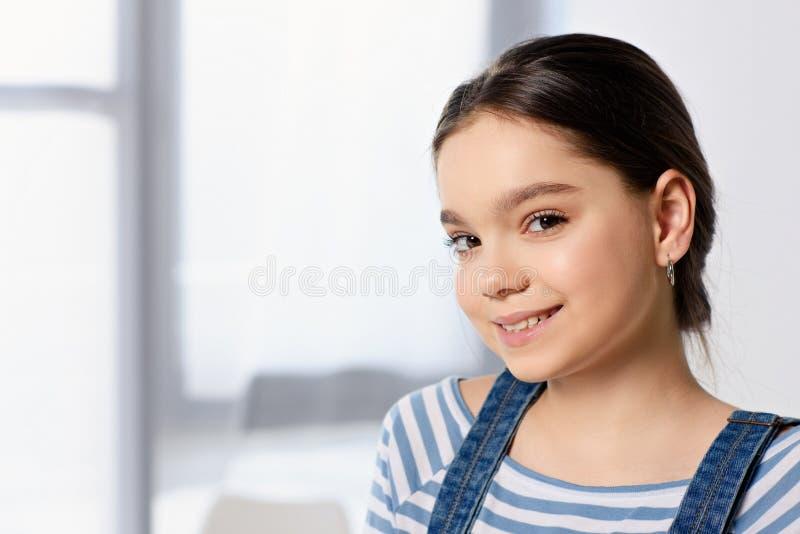 ritratto del bambino preteen adorabile che esamina macchina fotografica fotografia stock