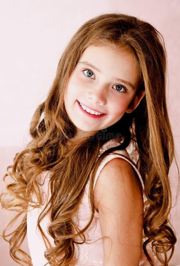 Ritratto del bambino sorridente adorabile della bambina fotografia stock libera da diritti