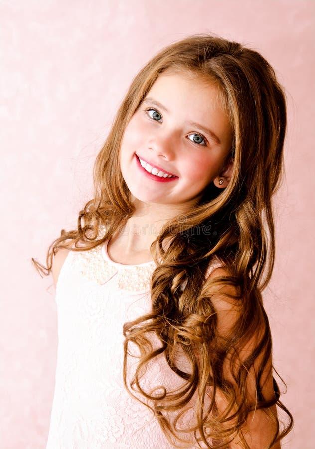 Ritratto del bambino sorridente adorabile della bambina immagini stock libere da diritti