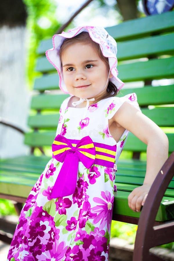 Ritratto del bambino sorridente adorabile della bambina in vestito all'aperto fotografia stock