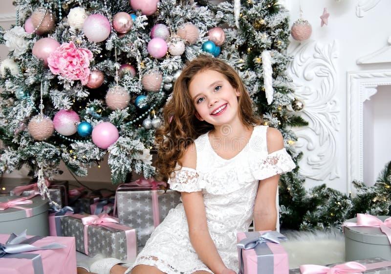 Ritratto del bambino sorridente felice adorabile della bambina in contenitore di regalo della tenuta del vestito da principessa fotografia stock libera da diritti